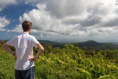 Adolescente que disfruta de una vista del paisaje tropical en Guadalupe, del Caribe Fotos de archivo