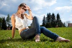 Adolescente que disfruta del buen tiempo Imagenes de archivo