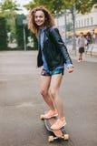 Adolescente que disfruta del patinaje al aire libre Foto de archivo libre de regalías