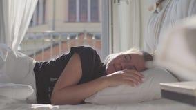 Adolescente que dorme na cama video estoque