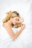 Adolescente que duerme con el peluche Imagen de archivo
