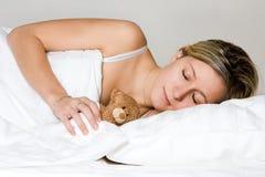 Adolescente que duerme con el peluche Fotografía de archivo libre de regalías