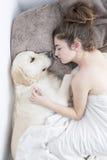 Adolescente que duerme con su perro Imágenes de archivo libres de regalías