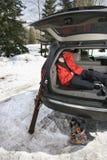 Adolescente que duerme en coche. Fotos de archivo