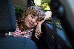 Adolescente que duerme en el asiento trasero del coche Fotografía de archivo libre de regalías