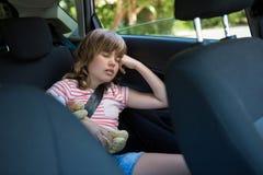 Adolescente que duerme en el asiento trasero del coche Imagen de archivo