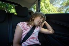 Adolescente que duerme en el asiento trasero del coche Foto de archivo