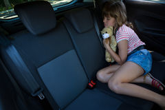 Adolescente que duerme en el asiento trasero del coche Fotografía de archivo