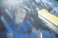 Adolescente que duerme en el coche Imágenes de archivo libres de regalías