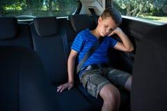 Adolescente que duerme en el coche Fotos de archivo