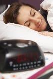 Adolescente que duerme a través de alarma Imágenes de archivo libres de regalías