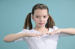 Adolescente que ejercita en estudio Imagen de archivo libre de regalías