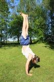 Adolescente que ejercita posición del pino imagenes de archivo