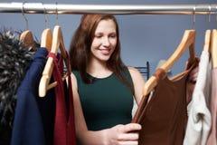 Adolescente que elige el equipo de guardarropa Foto de archivo libre de regalías