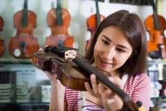 Adolescente que elige el violín Fotografía de archivo libre de regalías