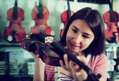 Adolescente que elige el violín Fotografía de archivo