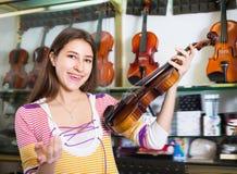 Adolescente que elige el violín clásico Imagenes de archivo