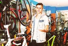 Adolescente que elige la nueva bicicleta Imagen de archivo libre de regalías