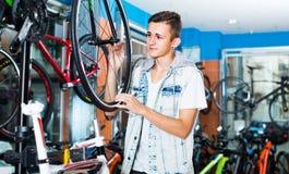 Adolescente que elige la nueva bicicleta Fotografía de archivo