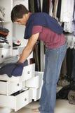 Adolescente que elige la ropa de guardarropa en dormitorio Foto de archivo libre de regalías