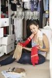 Adolescente que elige la ropa de guardarropa en dormitorio Imagenes de archivo