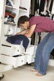 Adolescente que elige la ropa de guardarropa en dormitorio Fotografía de archivo libre de regalías