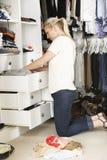 Adolescente que elige la ropa de guardarropa en dormitorio Imagen de archivo libre de regalías