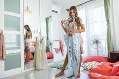 Adolescente que elige la ropa en armario Imagen de archivo libre de regalías