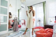 Adolescente que elige la ropa en armario Fotografía de archivo