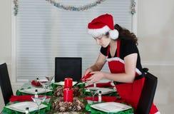 Adolescente que enciende la vela para la cena del día de fiesta Foto de archivo
