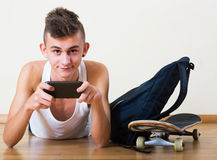 Adolescente que enterra no telefone celular Fotos de Stock Royalty Free