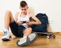 Adolescente que entierra en teléfono móvil Fotografía de archivo