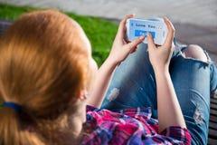 Adolescente que envía el mensaje del SMS con el texto Imágenes de archivo libres de regalías