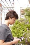 Adolescente que envía SMS Foto de archivo libre de regalías