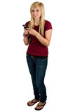 Adolescente que envía un mensaje de texto Foto de archivo libre de regalías