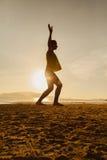 Adolescente que equilibra en silueta del slackline Fotografía de archivo libre de regalías