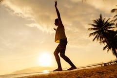 Adolescente que equilibra en silueta del slackline en la playa Fotos de archivo libres de regalías