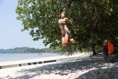 Adolescente que equilibra en slackline Foto de archivo