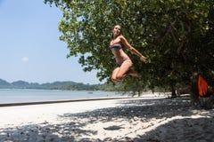 Adolescente que equilibra en slackline Foto de archivo libre de regalías