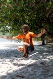 Adolescente que equilibra en slackline con la opinión del cielo sobre la playa Fotos de archivo libres de regalías