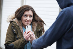 Adolescente que es asaltado para el teléfono móvil Imagen de archivo