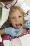 Adolescente que es tratado por el dentista Fotos de archivo