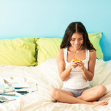Adolescente que escucha la música Imagenes de archivo