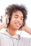 Adolescente que escucha la música. Foto de archivo libre de regalías