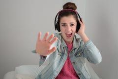 Adolescente que escucha la música con los auriculares Fotos de archivo