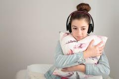 Adolescente que escucha la música con los auriculares Fotografía de archivo