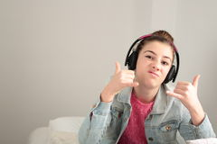 Adolescente que escucha la música con los auriculares Foto de archivo libre de regalías