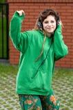 Adolescente que escucha la música en auriculares Fotografía de archivo libre de regalías