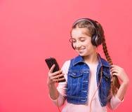 Adolescente que escucha la música en auriculares grandes Foto de archivo libre de regalías