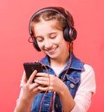 Adolescente que escucha la música en auriculares grandes Imágenes de archivo libres de regalías